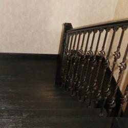 Отделка бетонной лестницы дубом и ковка_2 (7)